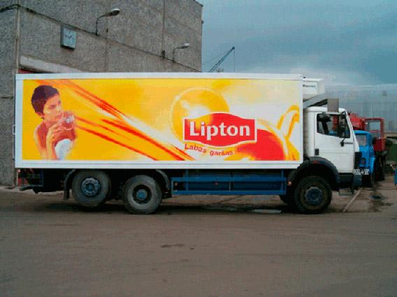 Процесс оклейки грузового автотранспорта в Москве